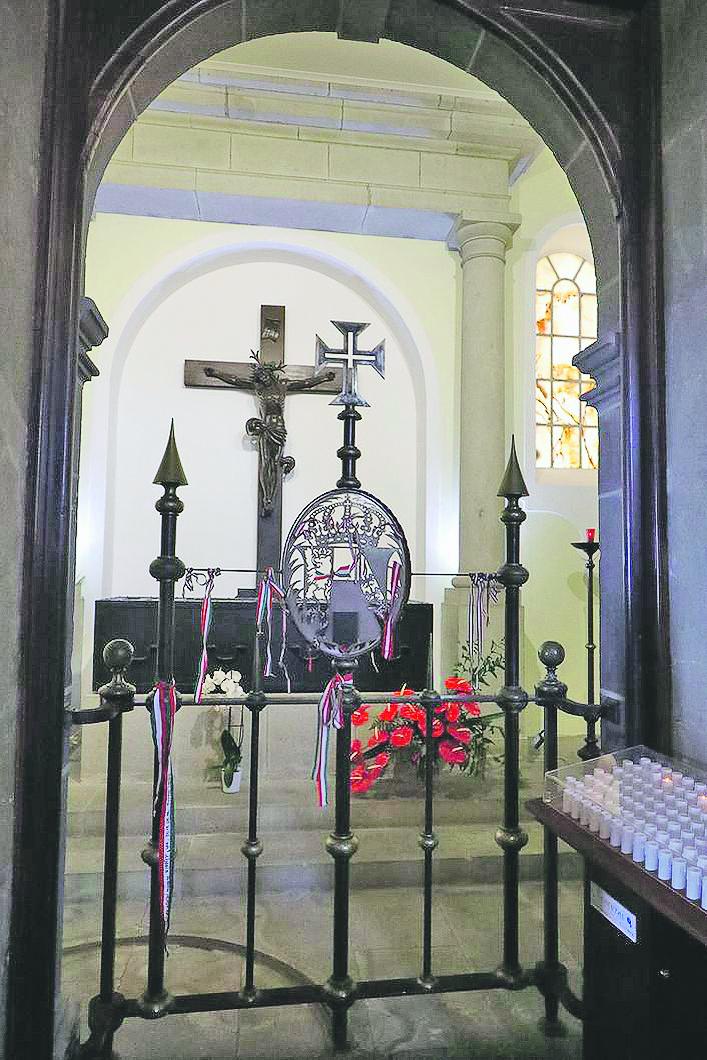 IV. Károly sírja a Miasszonyunk templomának egyik oldalkápolnájában