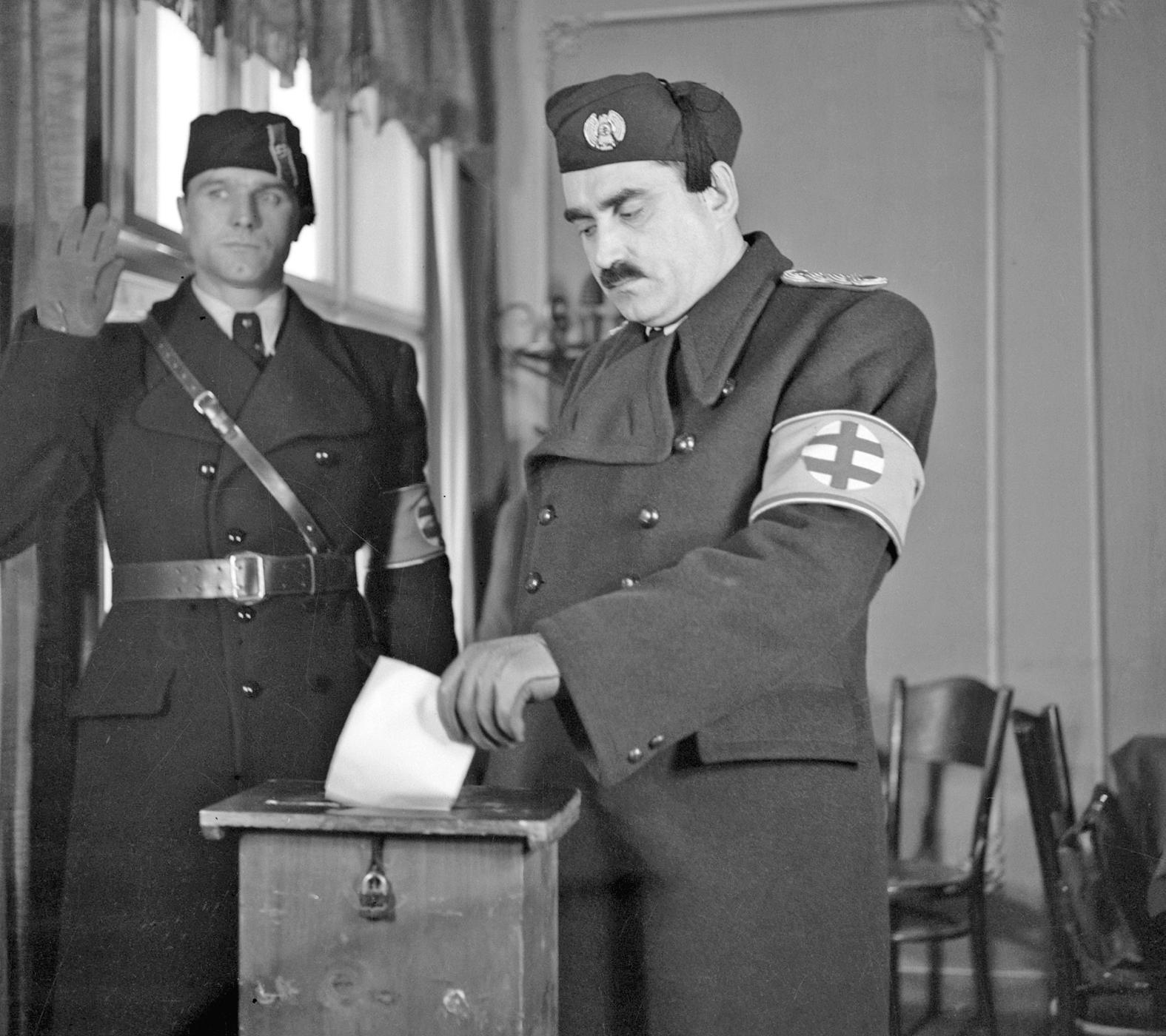 Karol Sidor, a Hlinka Gárda főparancsnoka leadja a szavazatát