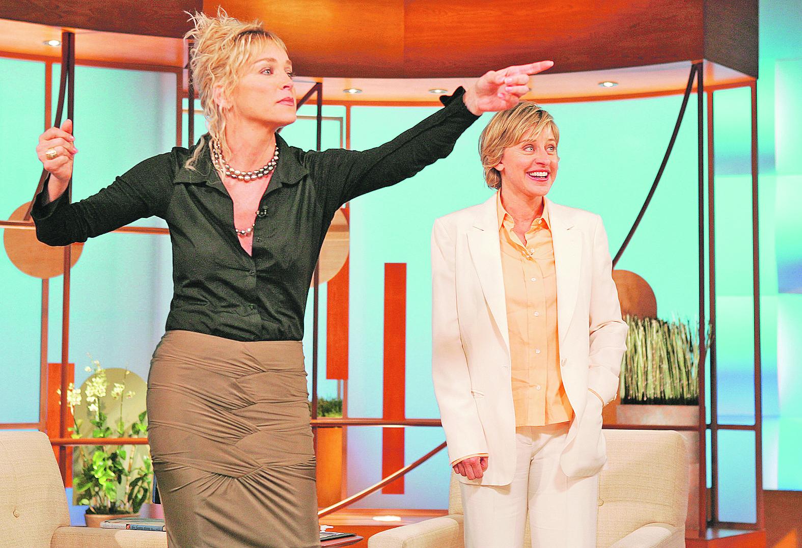 A ma is dekoratív szőke színésznő 2015 szeptemberében a Harper's Bazaar magazinban újra levetkőzött és megmutatta még mindig tökéletes alakját. Stone rendszeresen adja nevét jótékonysági eseményekhez, támogatja az AIDS-kutatást, a mellrák elleni küzdelmet