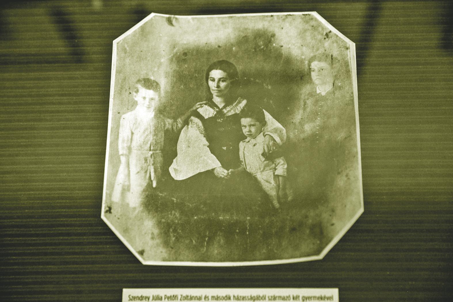 Szendrey Júlia Petőfi Zoltánnal és második házasságából származó két gyermekével