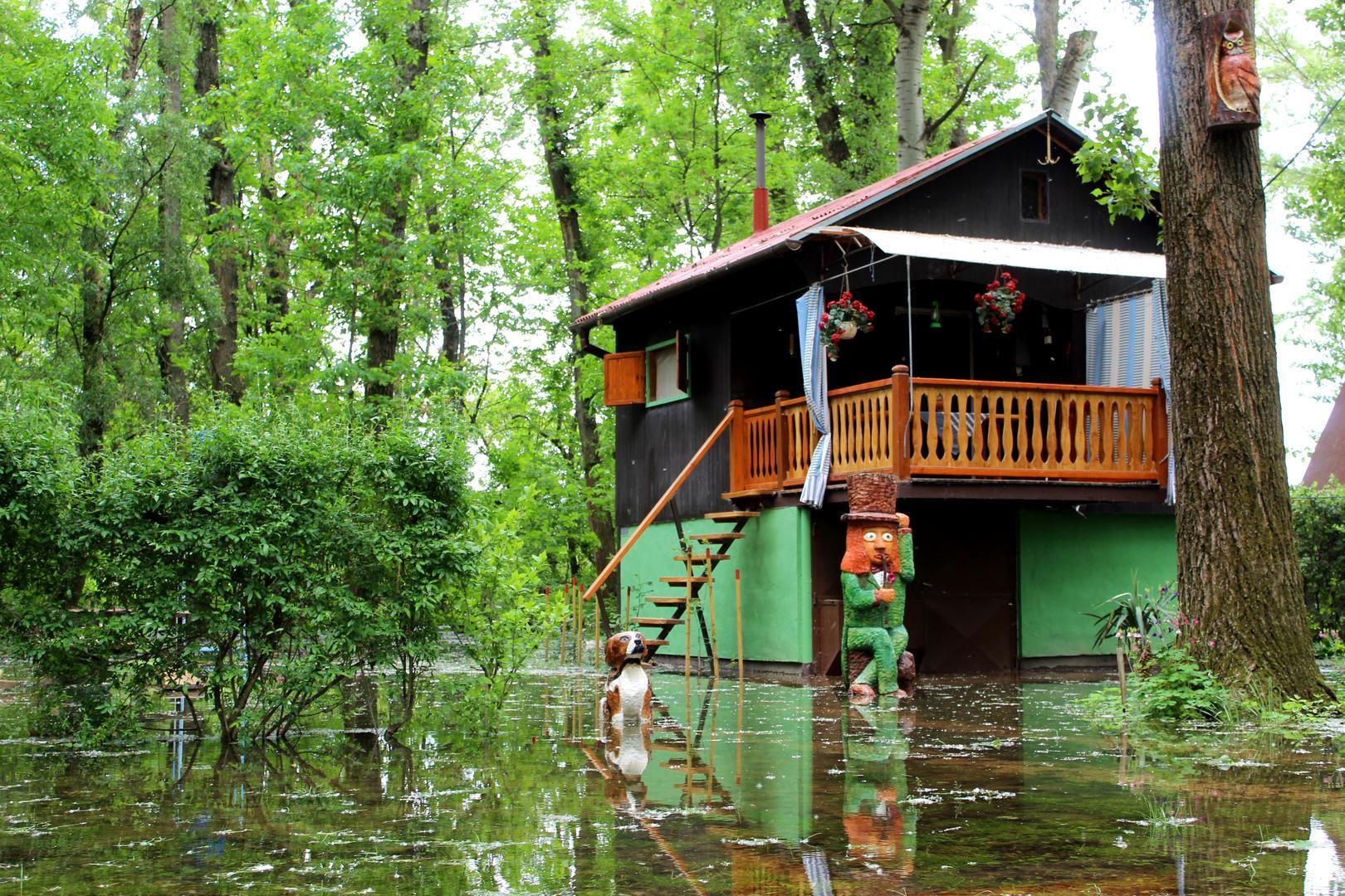 Víz alatt a folyóparti parcellák