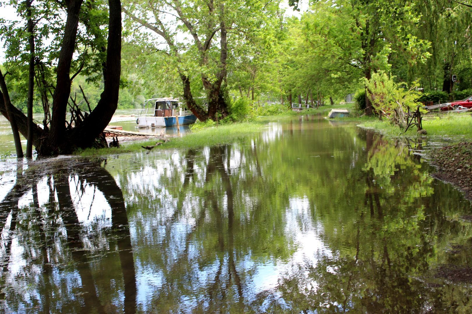 Víz alatt a Vág parti hétvégi házakhoz vezető út