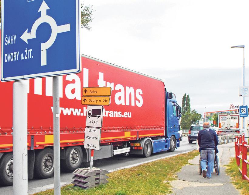 női tehergépkocsik csatlakoznak